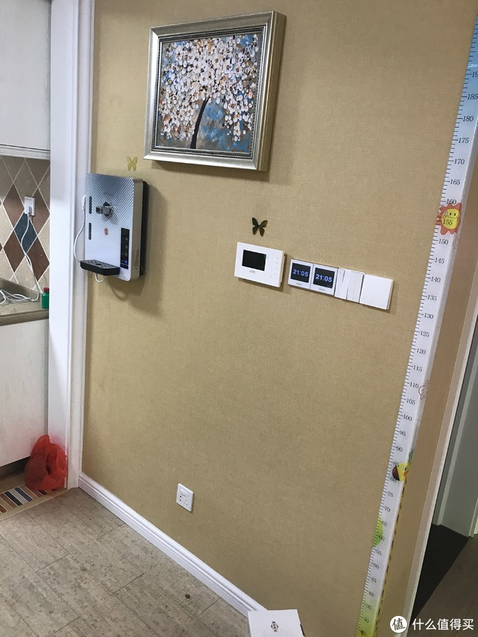 这里是客厅餐厅空调线控器,由于线路太多,四开只能用普通面板代替,不能实现联动,另外二个一个控制客厅灯和餐厅灯,四开的控制厨房灯,晾霸,客厅筒灯和客厅壁灯