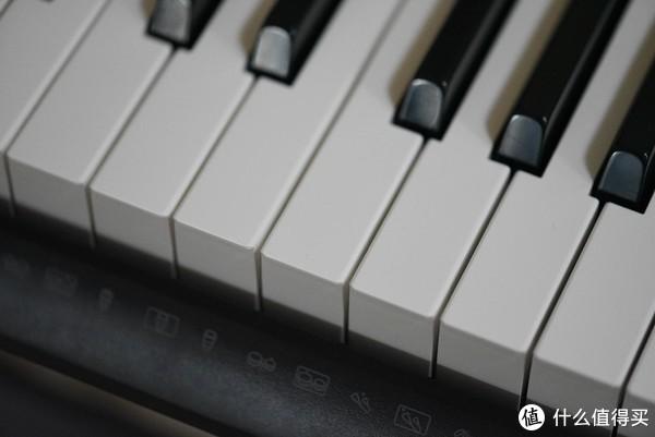 Casio很聪明,即便是入门级的键盘也配备了仿钢琴键的设计,起码看上去更加高大上一点,其他牌子入门价位大多数都是电子琴那种一片设计,当然了,这个价位的电子琴,依旧是塑料材质,手感也是差强人意,反馈很单一,直上直下,并没有电钢琴那种模拟击弦的感觉。