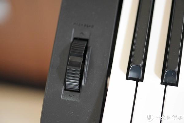 左方的弯音轮可以模拟多种乐器的演奏风格,什么电吉他,萨克斯通通不在话下。
