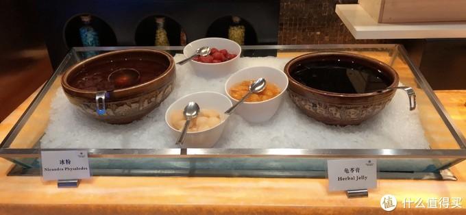 这是小吃,冰粉和龟苓膏,水果我觉得都是罐头装的,不是新鲜水果。