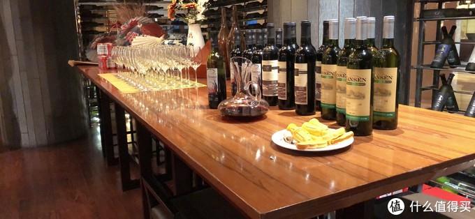 桌子上也摆满了红酒和喝酒杯
