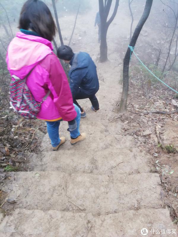 坡度陡的路,基本都是侧过来走的,有一条路,我们没有手拍照,我们四个人像一窜大闸蟹一样,一个拉着一个的节奏。。。