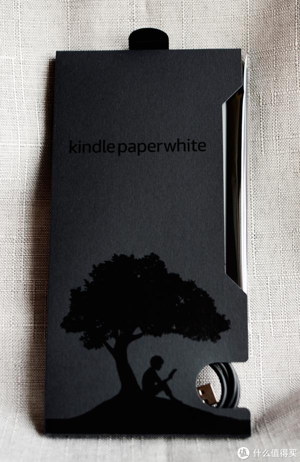 ▲▲打开之后很简约的包装,下面是数据线,上面是主机。kindle标志性的树下读书。