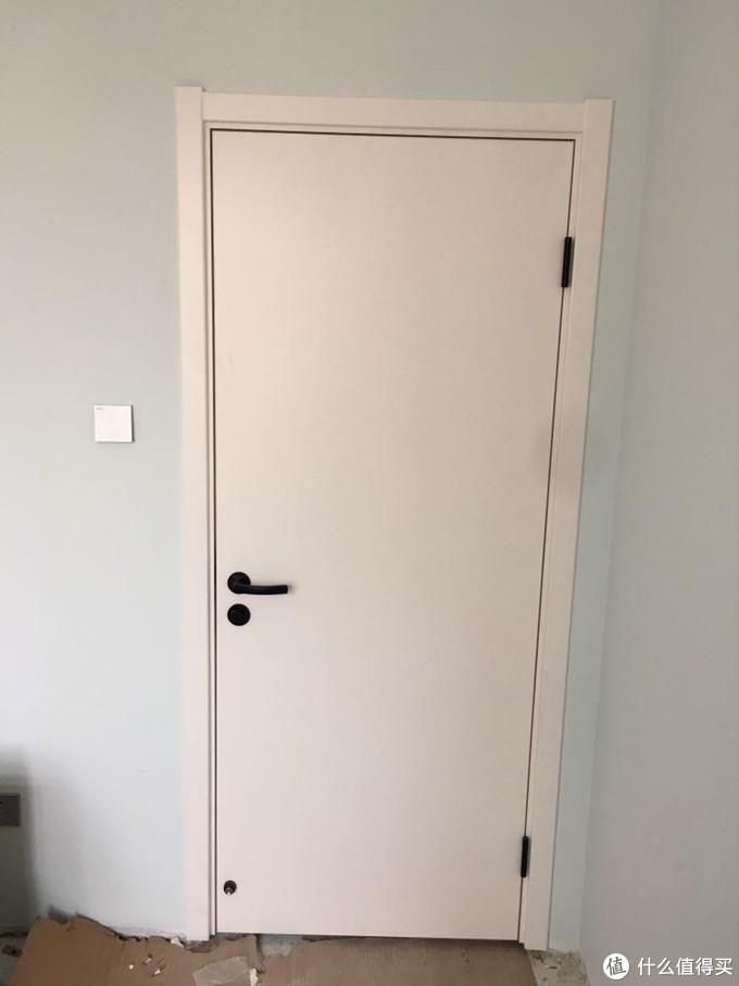 整体木门选的tata家的大白板,配的他们家专利的静音锁,黑色合叶,自己购置黑色门吸配套,感觉很到位哦!