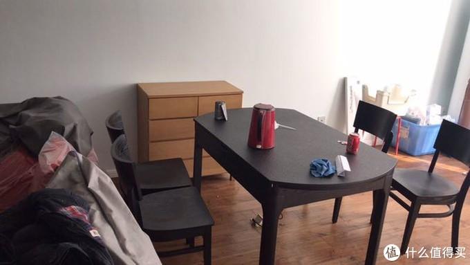 把大厅餐厅打通连在一起,火烧石餐桌,内欠电磁炉,在家直接可以火锅,还可以遥控的,餐桌下配的地插刚刚好哟!一桌四椅是在淘宝买的,旁边的小餐柜,是无印良品的,品质真的好,一点味都没有!