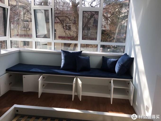 这是订制的卡座坐垫,配的灰蓝色的金丝绒,整家喷的蓝色多乐士漆,整体很搭的,简约北欧风,本宫很喜欢滴!