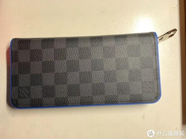 从小布袋取出了钱包全身照,官网介绍材质是Damier Graphite帆布,与霓虹蓝皮革内衬。