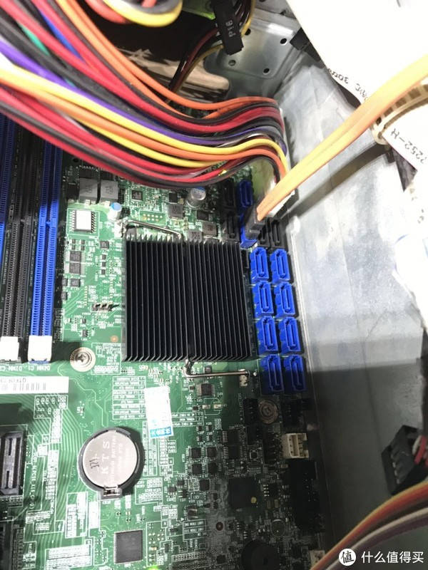 上方6个SATA口是芯片组自带的,其中2个SATA 6G,下方8个是SAS口,兼容SATA口
