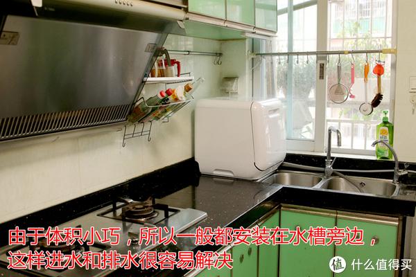 一般都安装在水槽旁边,这样,进水和排水都容易解决