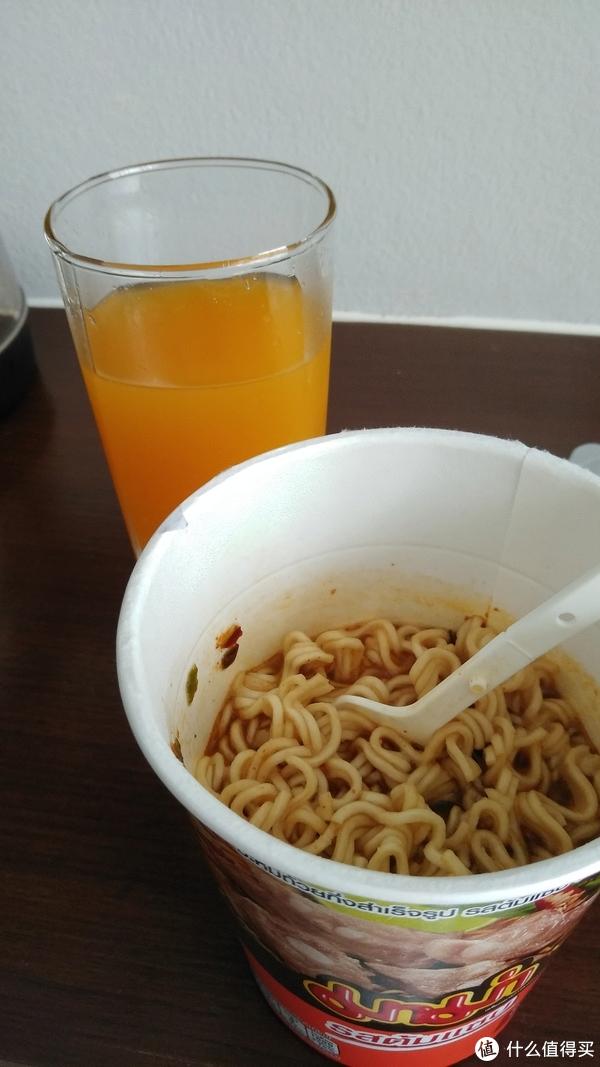 忘记拍包装了,杯子里是Malee的桔子汁。