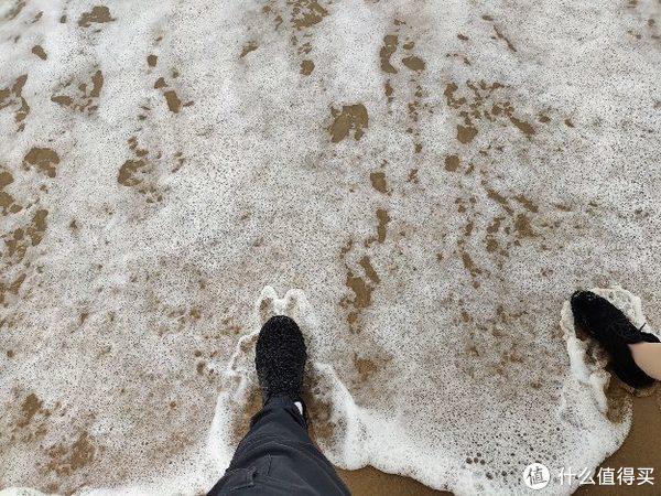 沙滩踩个水