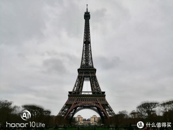阴云中的埃菲尔铁塔