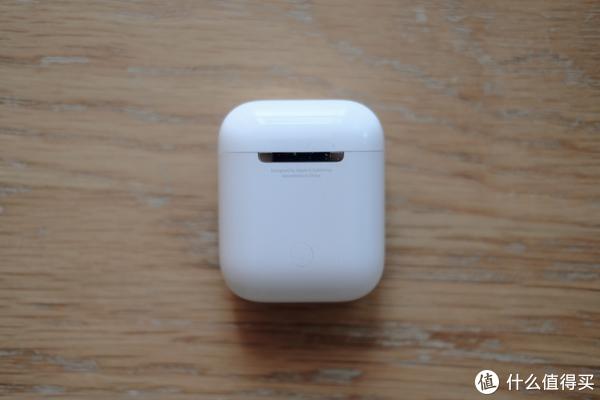 背面的按键是用来配对非苹果设备的,AirPods不仅仅是用来连接iPhone的哦,金属铰链给人以安全感。