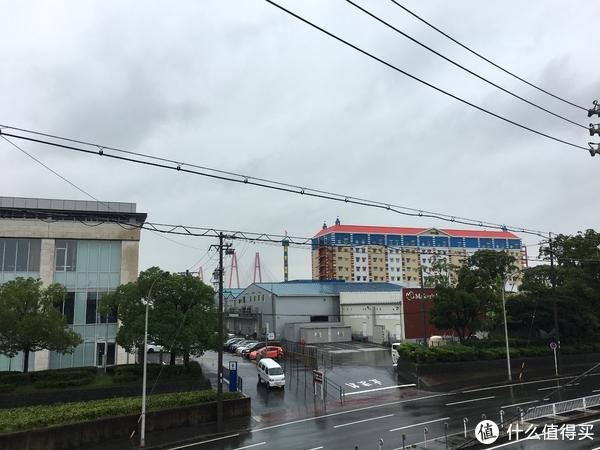 这张图是在天桥上拍的,远处彩色的楼房就是乐高酒店。