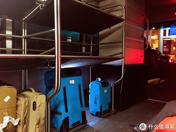 这种穿梭巴士很人性化地设置了堆放行李的位置
