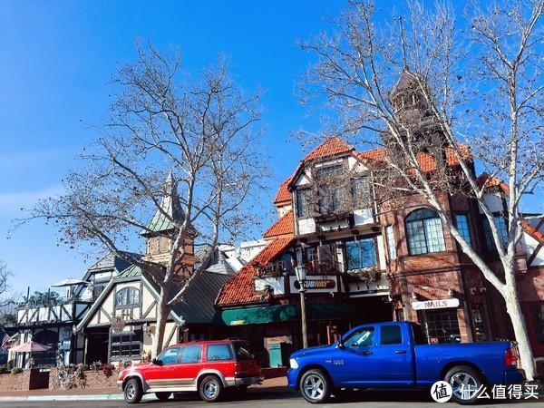 路边建筑与停放车辆的色彩相映成趣