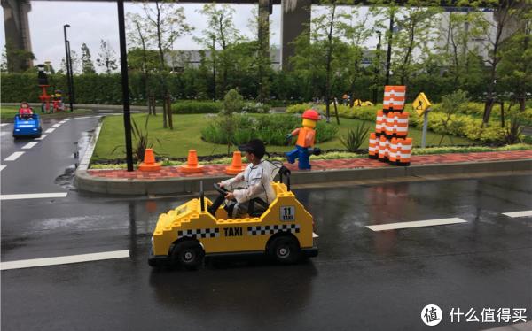 6岁以上的孩子需要进行交规培训、考驾照,然后在复杂路况上行驶。