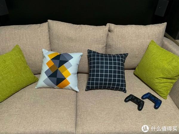窝在沙发上快乐的玩游戏