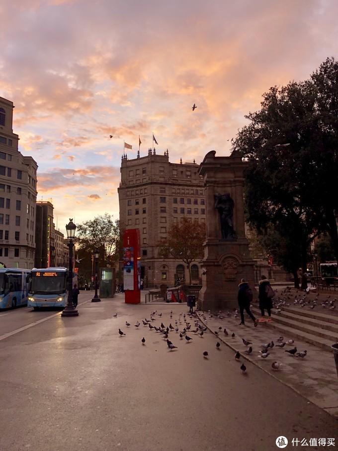 迎着朝霞,来到加泰罗尼亚广场集合上团