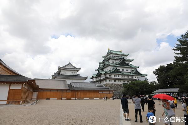 画面左侧的一层木建筑是本丸御殿,其右侧高大城楼式建筑就是名古屋城的天守阁。