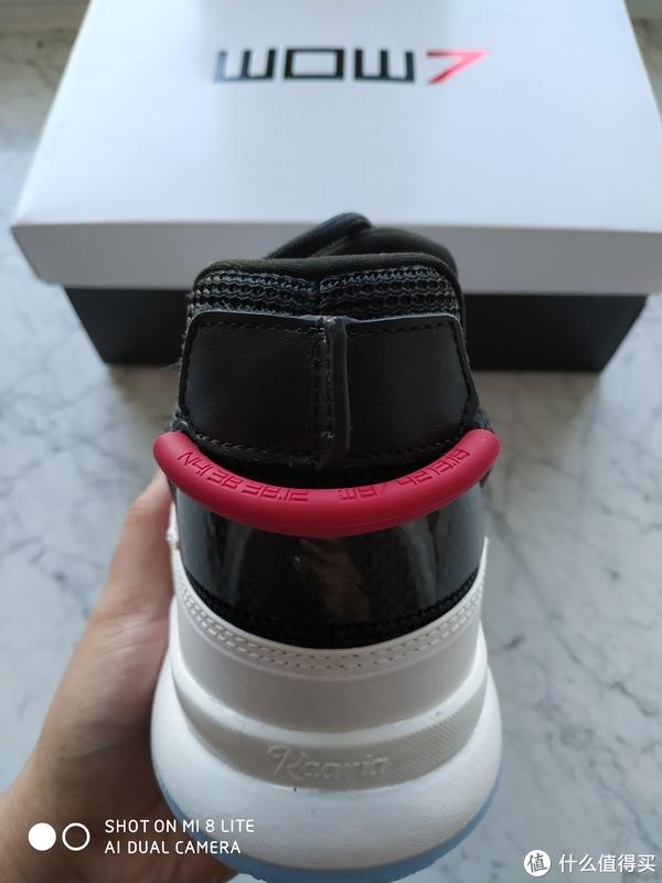 鞋提绳上印着字母和数字的组合,下面印着Kaavia(左脚)