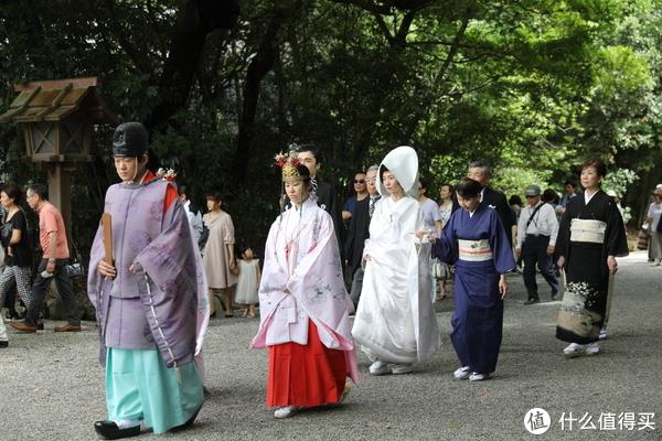 走在最前面是神官和巫女,新娘身穿的是传统的婚服白无垢