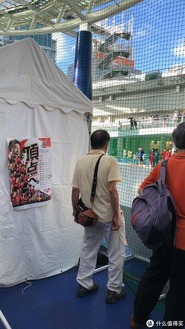 赛场上挥洒汗水的少年,和围观的群众。我们看了半场比赛,不得不说,日本的足球水平比我国还是高出不少的。