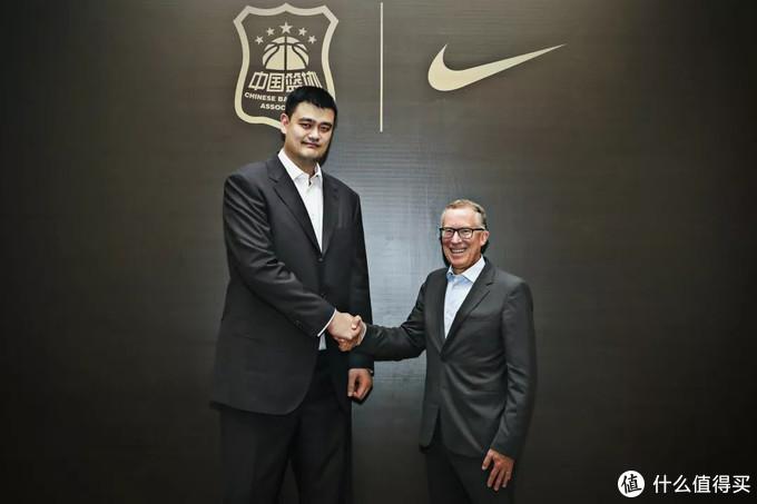 中国篮协主席姚明与耐克集团全球体育市场副总裁Craig Masback正式宣布续约