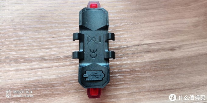 背面是固定用的挂耳和usb充电口