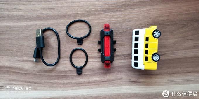 打开包装,充电线一根,不同大小的固定皮套各一,尾灯一个,长度大概7厘米,一个玩具小汽车大小