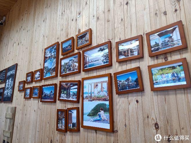 客栈墙上的照片