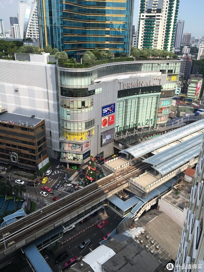 在曼谷,搭乘公共交通工具出行是一件很有趣的事情,可以坐上轻轨俯瞰市中心的繁华,可以乘着游船遍览湄南河两岸的景观,也