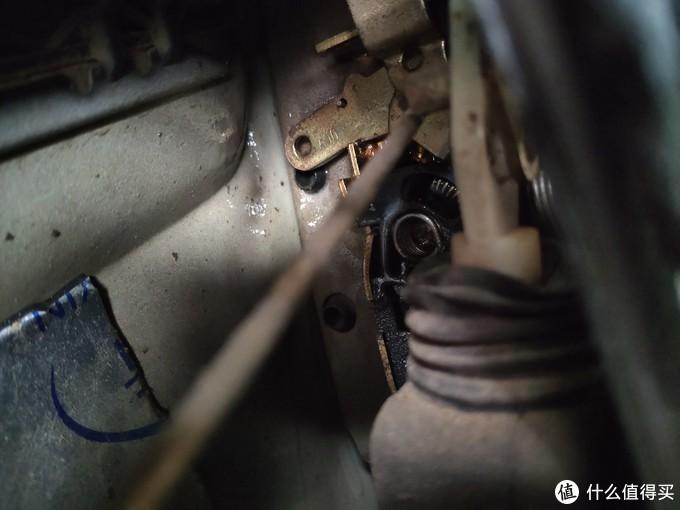 最里面位置是车外拉手的联动装置,上图是落锁状态(电机也是落锁的)