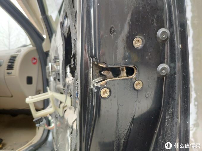 外部特写:落锁状态,这里也可以喷一喷,因为长期暴露在外,油泥和灰尘也很多