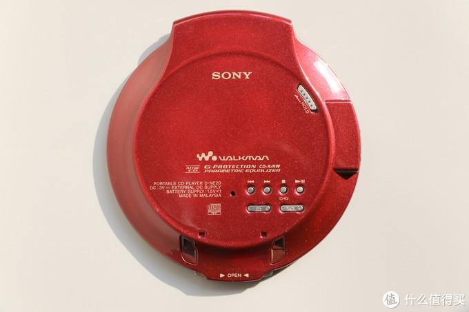 背部是操作区域,有上/下一首、停止、播放/暂停、分组、声音等功能按键