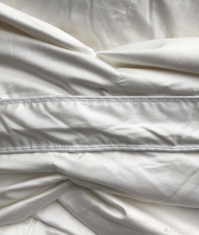 正面和反面的锁绒格缝线,不是对齐的,而是有一定的错位。