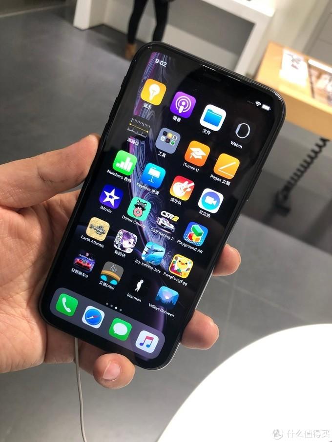 iPhone XR上手,手感很好啊,让我想起来我以前的iPhone X
