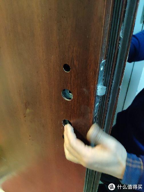 我家门锁拆之后的锁孔距离安装米家门锁有些大