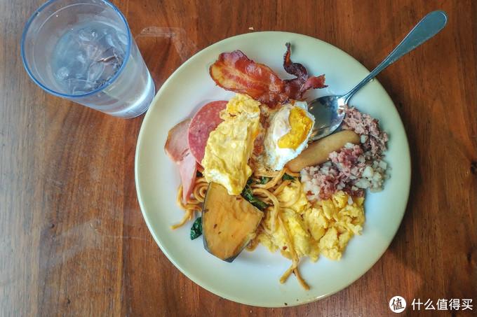 自助餐厅早餐,美式炒蛋,牛肉末,煎蛋,培根,火腿等