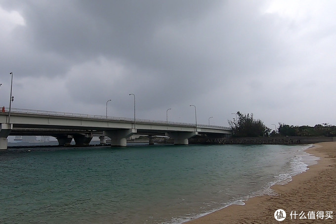 被桥围起的海滩