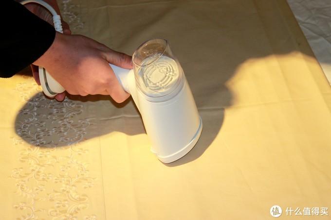 手持蒸汽挂烫机,身穿平整白衬衫,运筹帷幄中彰显非凡气质