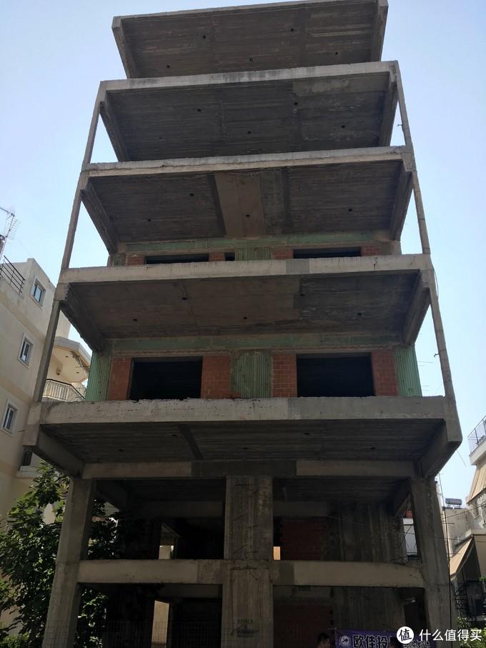一共5层,第一层带花园,老板已经把上面三层都卖了,整栋楼的成本就都回来了。。。