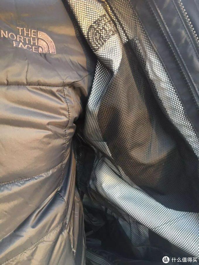 这款夹克采用传统的2层覆膜面料,所以内里加了一层纱网保护防水膜