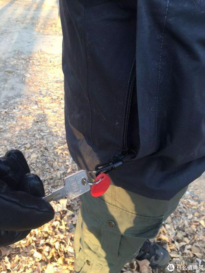 自带防丢钥匙链,考虑到了日常通勤穿着时的需求