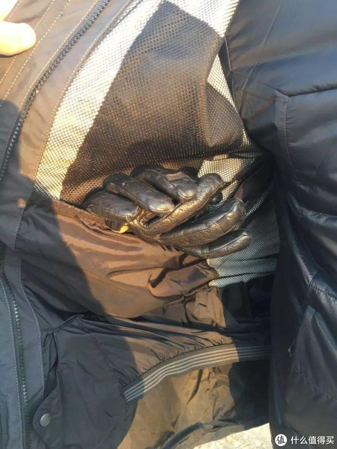 拉开外层和内胆的连接拉链内右侧有一个大容量雪镜和手套收纳袋,方便用户在休息时存放体积较大的物品。