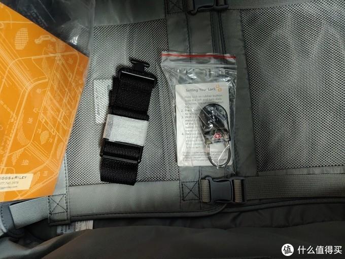 附送的TSA锁和箱子的挂绳。可以连接包包等在箱子上。