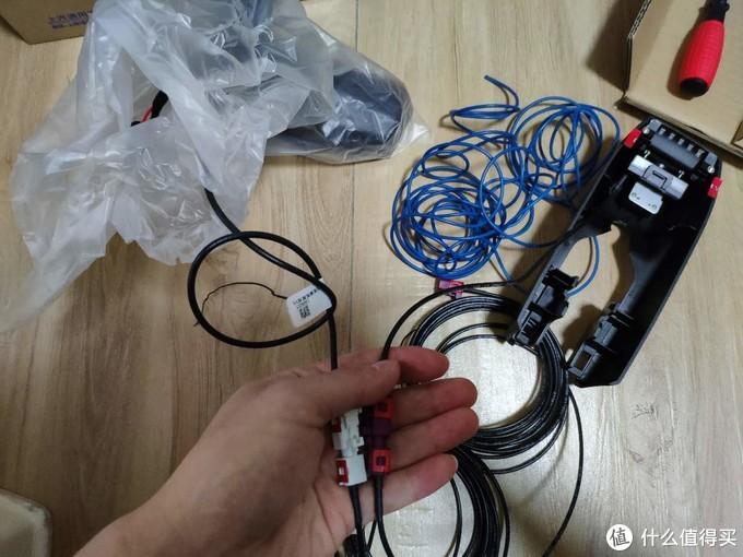 将前摄像头延长线,后视镜视频线,自备的5米电源线整理后缠布基胶带固定成一股,注意延长线公母头一致(方便走线)