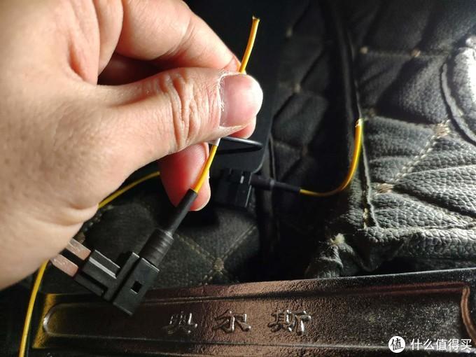 先将主机电源线正极线剪段后接至走到保险盒的自备电源线(地线(负极)无需延长,在尾箱直接搭铁即可)
