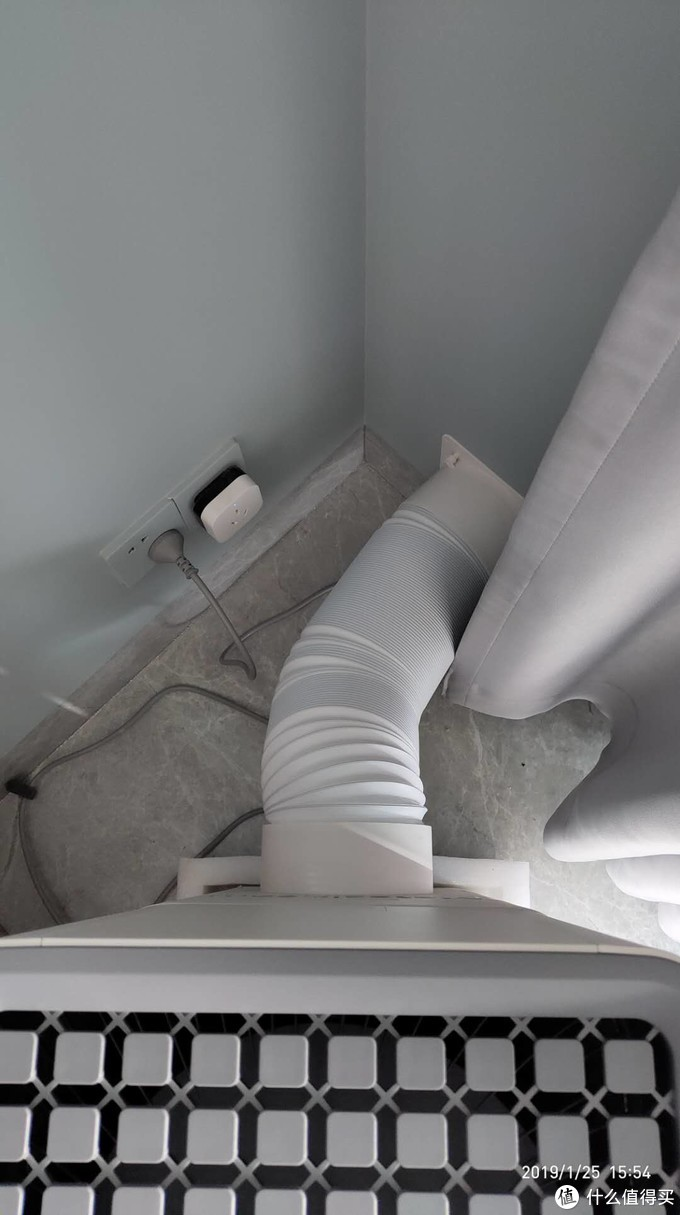 在客厅的角落里安置好,有点遮挡住我的空调伴侣(万能遥控器)的信号发射了,所以后来没用米家去控制352,都是在用352自己的APP控制。。。