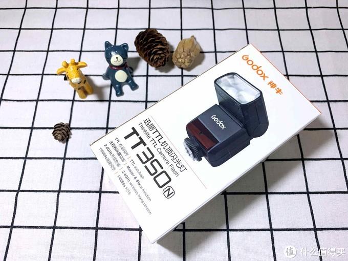 盒子体积不大,打开就可以发现包装做的真的很紧凑,闪光灯装在保护袋里,保护袋内有个暗隔里面放的是支架